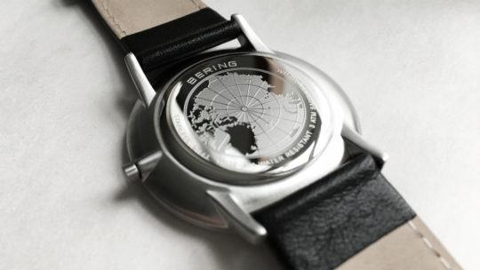 Celkový charakter hodinek dotváří matně černý kožený řemínek s klasickou  sponou 402edfc187