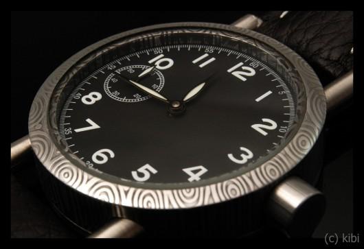Vzhled damaškové oceli nenápadně upozorňuje na výjimečnot hodinek