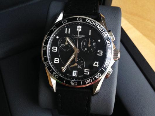 Číselník je z hlediska rozložení chronografu řešen standardně tri-compaxem.  Zabudované stopky jsou určeny k měření kratších časových úseků do 30 minut  s ... 4c0c5235143