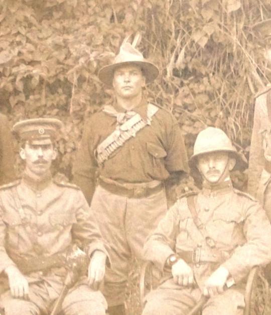 Fotografie z roku 1901, na níž má generál major Baden Powell (vpravo) na ruce náramkové hodinky - více na Watchuseek.
