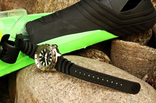 Seiko Monster - dlouhý gumový pásek lze upevnit i přes neoprén.