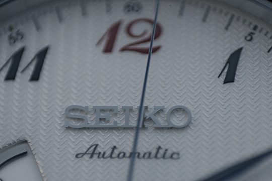 Seiko SPB041J1 - Číselník má mnoho plastických detailů.