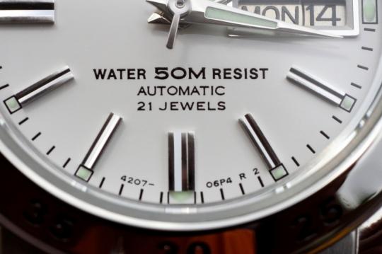 Seiko SYMG35K1 – kromě zobrazení data hodinky zobrazují i den v týdnu.