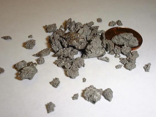 Titanová houba získaná Krollovým procesem (zdroj WIKIPEDIE).