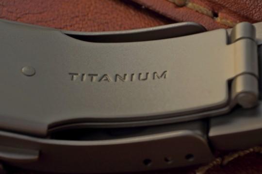 Díky výtečným mechanickým vlastnostem není problémem vyrobit z titanu i sponu náramku.