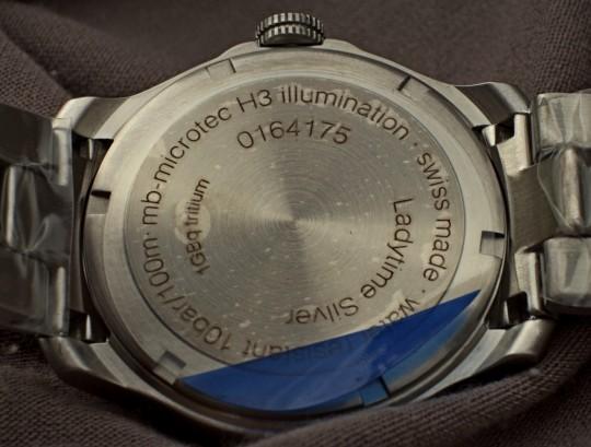 Traser Ladytime Silver mají na dýnku uvedeny základní informace.