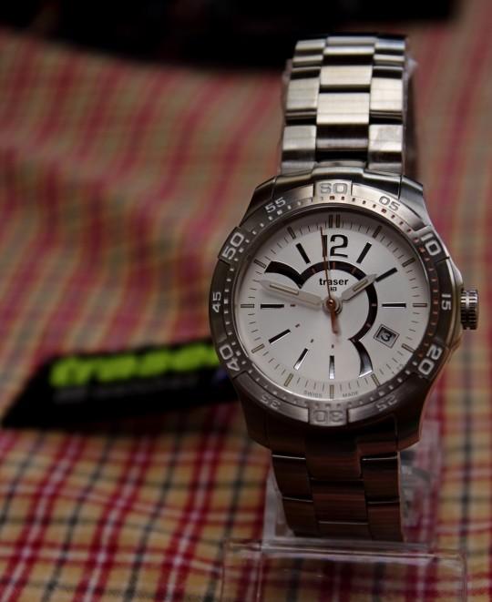 Číselník hodinek Traser Ladytime Silver je netradičně řešený.