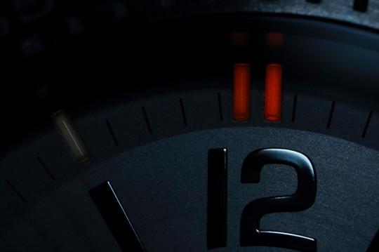 Traser Ladytime Silver - luminiscenční trubice jsou u 12té hodiny zdvojené a barevně odlišené.