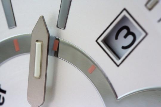 Traser Ladytime Silver - luminiscenční trubice najdeme i na hodinové a minutové ručce.