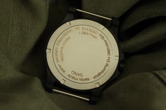 Traser P6600 Sand má na šroubovacím dýnku uvedeny základní informace.