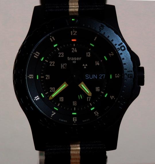 Traser P 6600 Sand spolehlivě podá informaci o aktuálním času i za tmy.