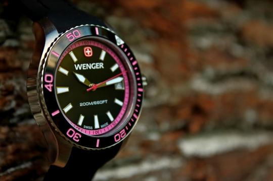 Wenger Sea Force – otočná luneta slouží ke stopování.
