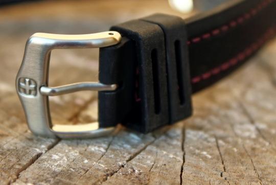 Wenger Sea Force – silikonový pásek je opatřen signovanou trnovou sponou.