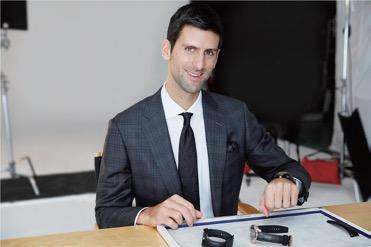 Novak Djokovic při hodnocení prototypů, u kterých se podílel na vývoji designu.